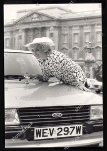 foto lady diana berpose bersama mobil ford escort 1981 hadiah tunangannya