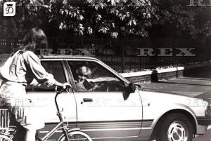lady diana menyapa pengendara sepeda di dalam mobil ford escort 1981