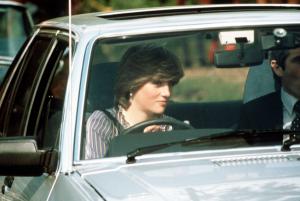 putri diana menimkati berkendara ford escort 1981